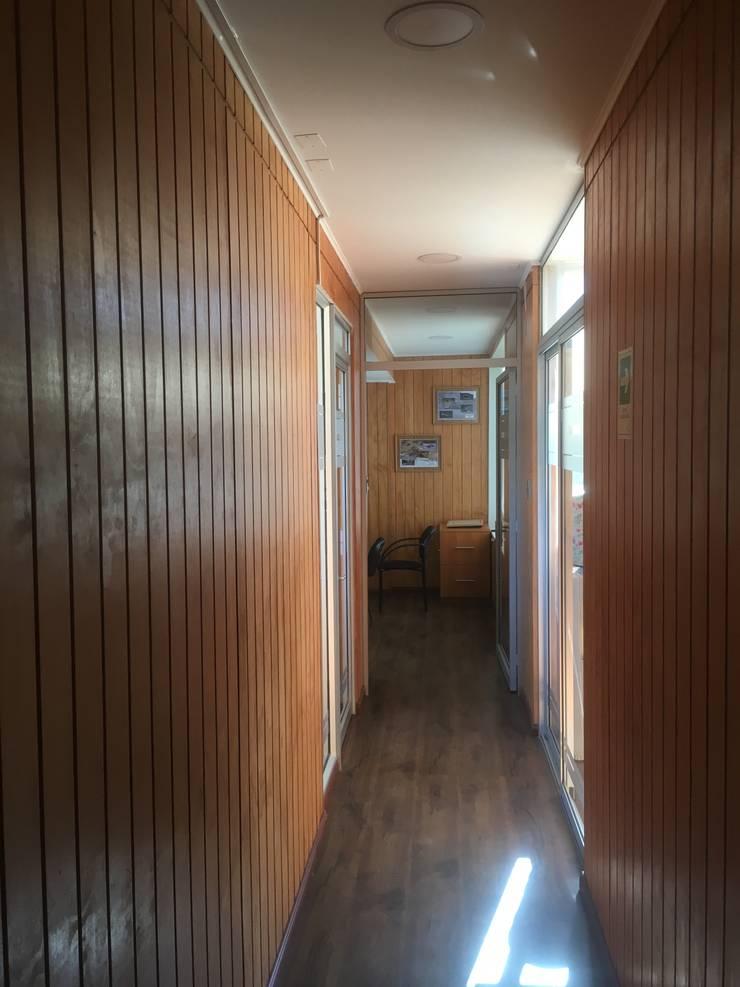 PASILLO OFICINAS SEGUNDO PISO: Pasillos y hall de entrada de estilo  por arquiroots
