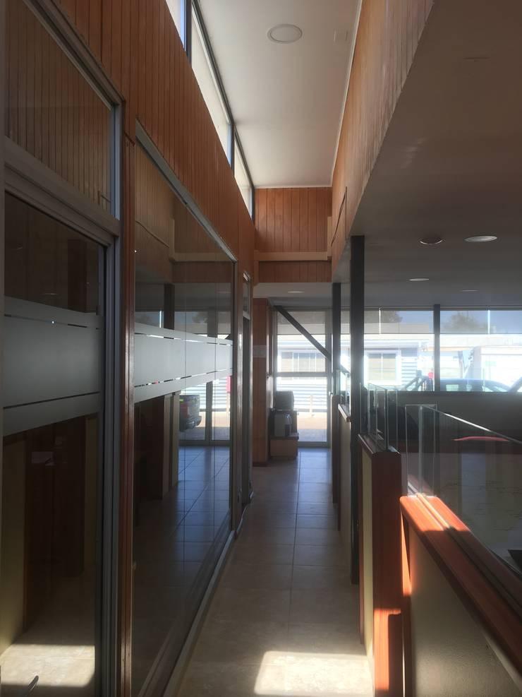 PASILLO CON LUCARNA DE LUZ : Pasillos y hall de entrada de estilo  por arquiroots