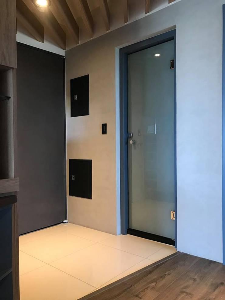 Couloir et hall d'entrée de style  par 畫室內設計