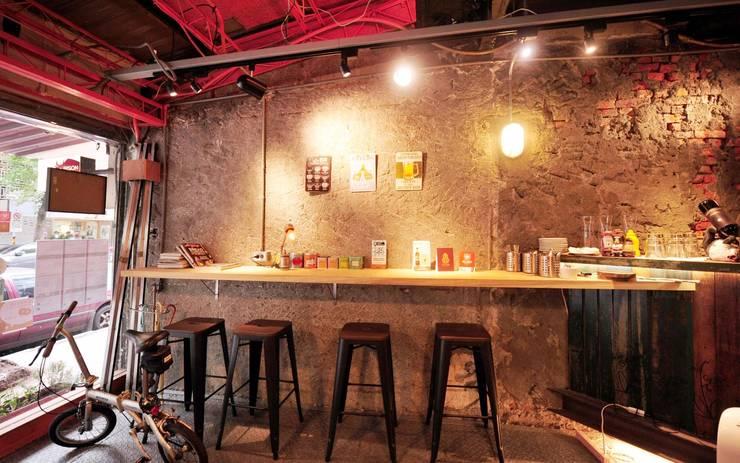 實木皮 高吧台 設計 配合工業風牆面:  酒吧&夜店 by 艾莉森 空間設計