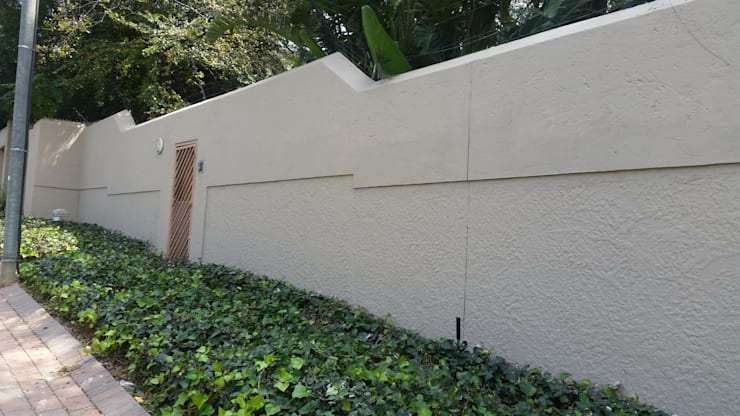 Boundary wall plastering and painting:   by Stacy Steel Works and Renovations