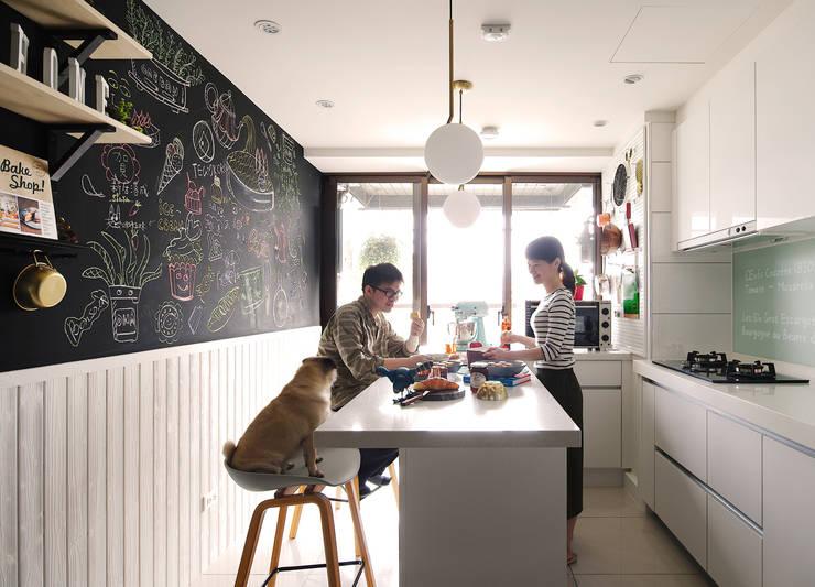 【原味司康的獻禮】 歡迎光臨,我的甜點廚房 Welcome to Meio's kitchen.:  廚房 by 一葉藍朵設計家飾所 A Lentil Design