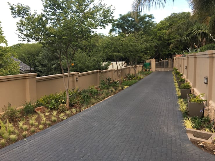 Northcliff :  Front yard by jacques3, Rustic
