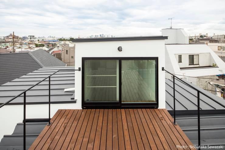 リクエストで作った屋上デッキベランダ: 石川淳建築設計事務所が手掛けたテラス・ベランダです。