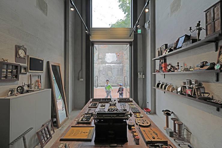Locaux commerciaux & Magasins de style  par 森畊空間設計, Éclectique Bois Effet bois