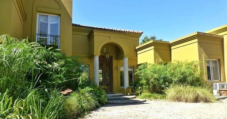 Puerta Principal: Casas unifamiliares de estilo  por Estudio Dillon Terzaghi Arquitectura