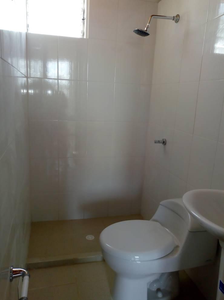 Baño en habitación principal: Baños de estilo  por Trazos Studio SAS