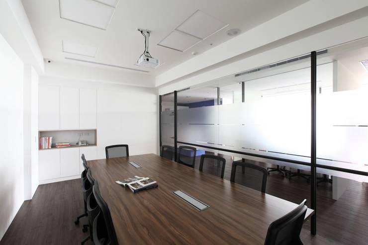 Locaux commerciaux & Magasins de style  par 築一國際室內裝修有限公司