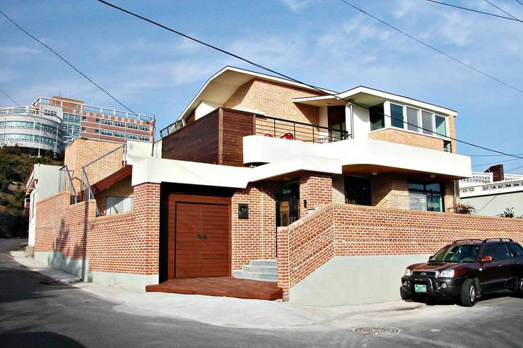 광영동 B씨 주택 : 인중헌 건축사 사무소의  주택