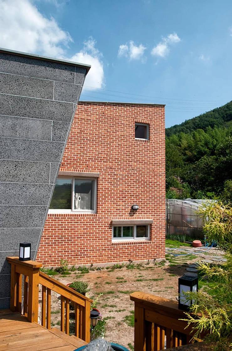 묵백리 K씨 주택: 인중헌 건축사 사무소의  주택