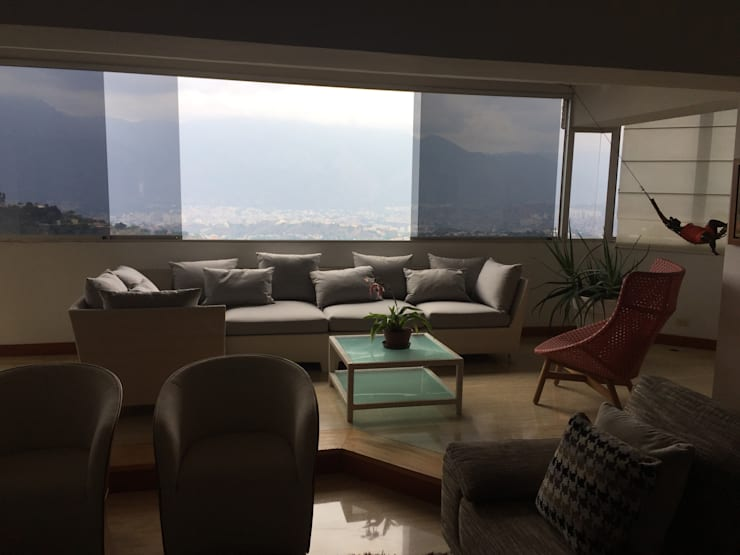 Terraza interior en el Hatillo: Balcones, porches y terrazas de estilo  por THE muebles