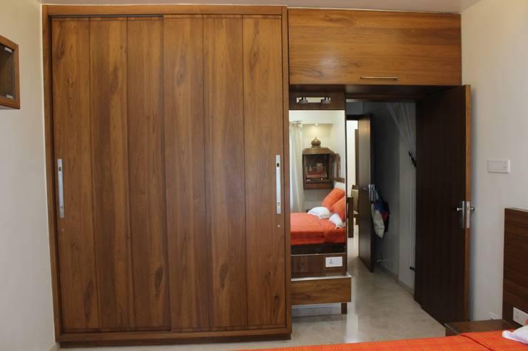 Tamhane Residence Interiors:  Dressing room by Vangikar Architects,Modern