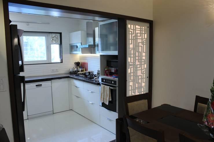 Tamhane Residence Interiors:  Kitchen by Vangikar Architects,Modern