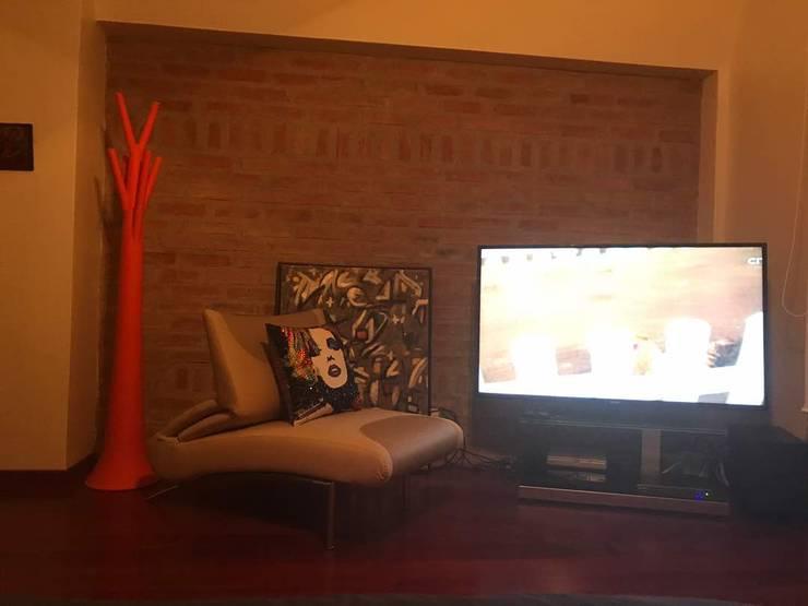 poltrona descanso y area TV: Dormitorios de estilo  por THE muebles