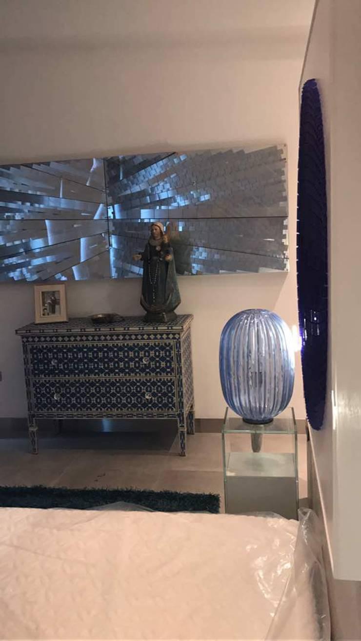 Proyecto en Cumbres de Curumo, Caracas: Salas/Recibidores de estilo  por THE muebles