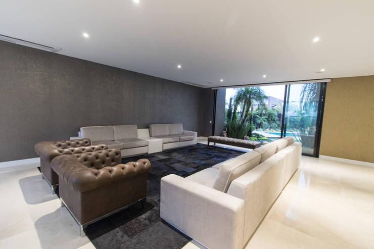 casa pance : Salas de estilo  por astratto