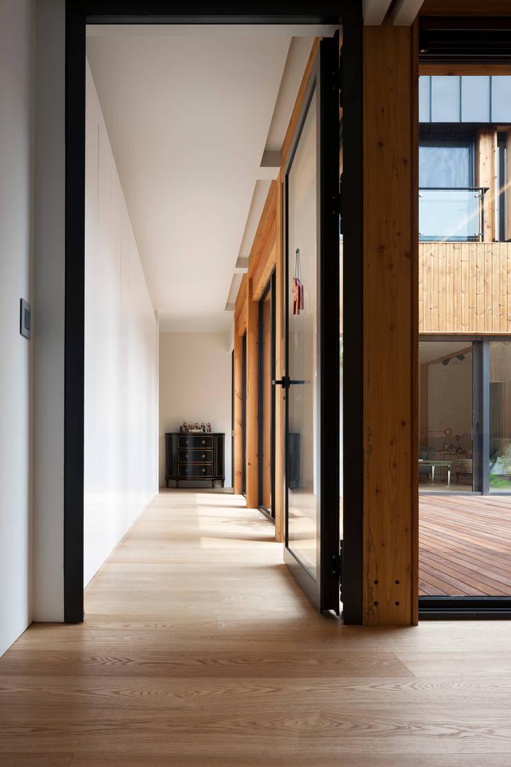운중동 주택: 건축사사무소 ids의  복도 & 현관,