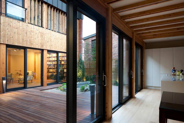 운중동 주택: 건축사사무소 ids의  실내 정원,