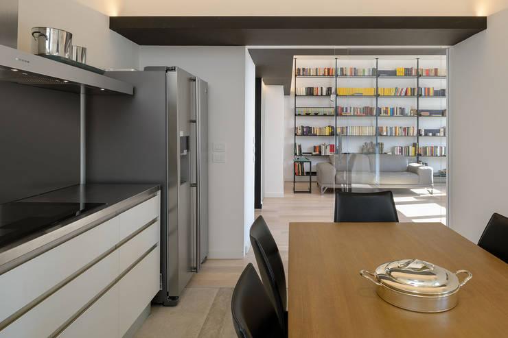 مطبخ ذو قطع مدمجة تنفيذ Patrizia Burato Architetto