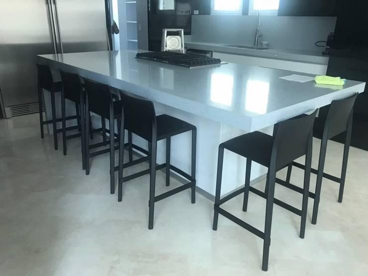 Apartamento en la Castellana, Caracas: Cocina de estilo  por THE muebles