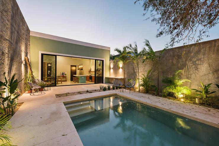 Casa que canta: Albercas de jardín de estilo  por Workshop, diseño y construcción