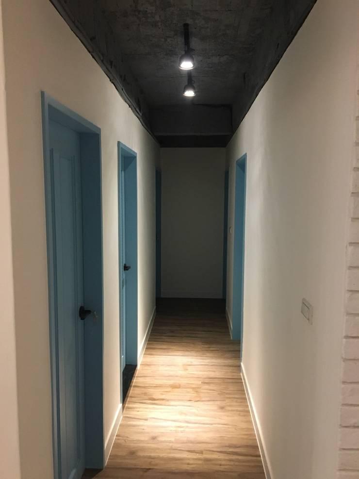 不釘天花板也能有好質感 連雲街設計案:  走廊 & 玄關 by 捷士空間設計(省錢裝潢)
