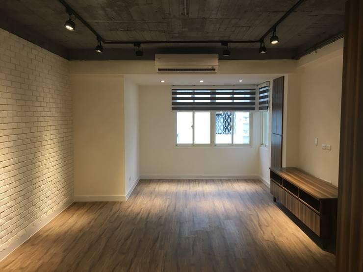 不釘天花板也能有好質感 連雲街設計案:  客廳 by 捷士空間設計(省錢裝潢)