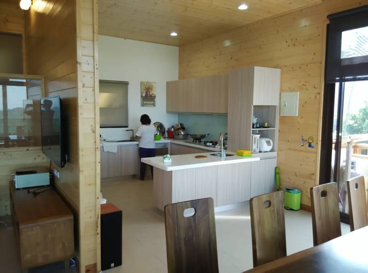 渡假木屋別墅:  廚房 by 地興木屋有限公司