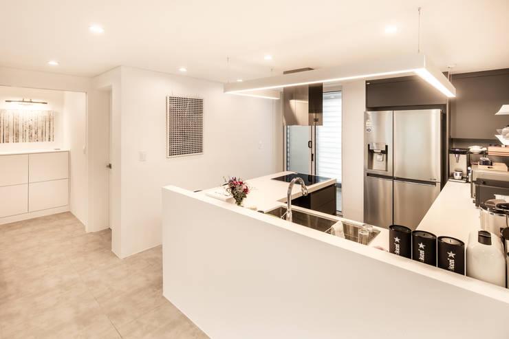 Modern kitchen by 봄디자인 Modern