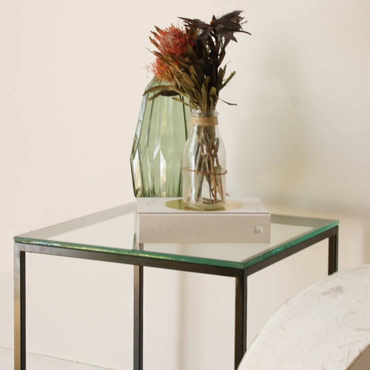 Mesa auxiliar de cristal: Salones de estilo moderno de Dimeic