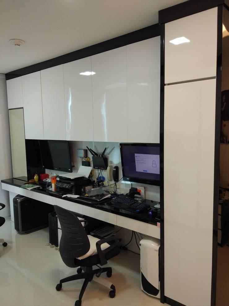Apartment Mr. Nicholas:  Ruang Kerja by Elora Desain