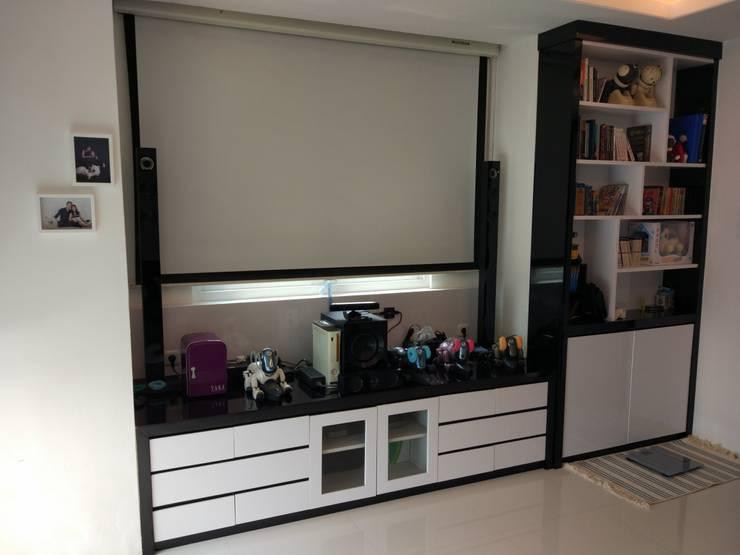 Apartment Mr. Nicholas:  Ruang Keluarga by Elora Desain