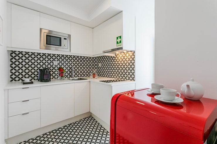 Em  Alfama: Cozinhas  por Joana Neto | Interiores