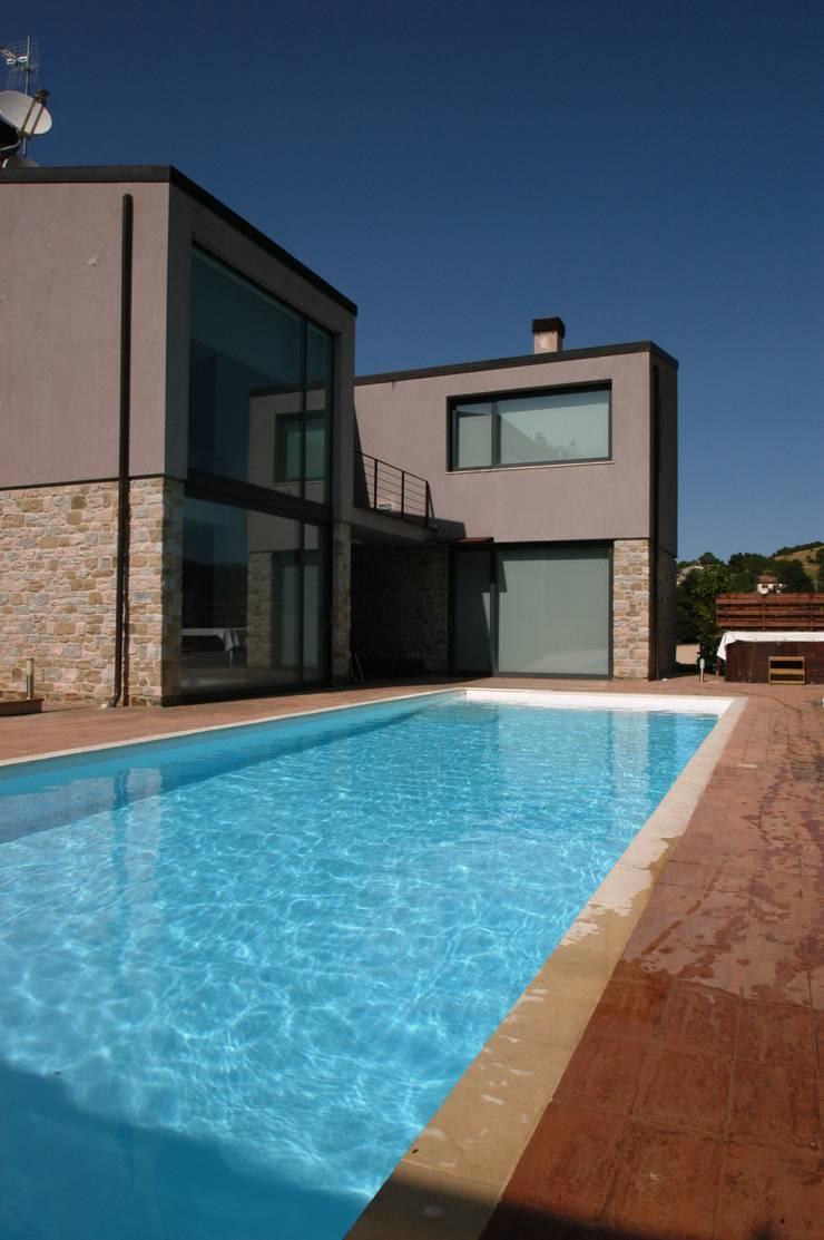 Villa unifamiliare con piscina a Foligno (PG): Villa in stile  di Fabricamus - Architettura e Ingegneria