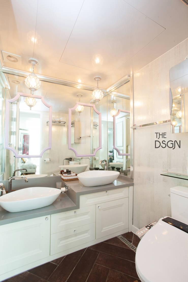 거실 욕실을 세면실로: 더디자인 the dsgn의  욕실,