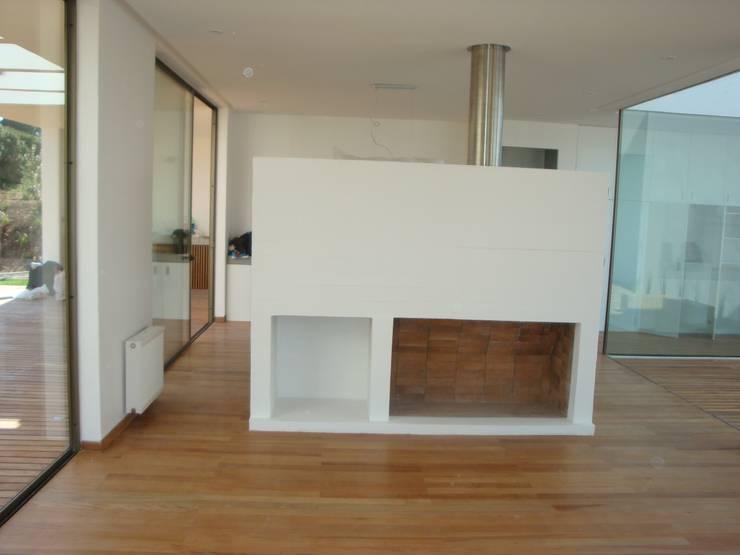 78_CasaMarbella_Vivienda: Livings de estilo  por Rakau Construcción + Arquitectura