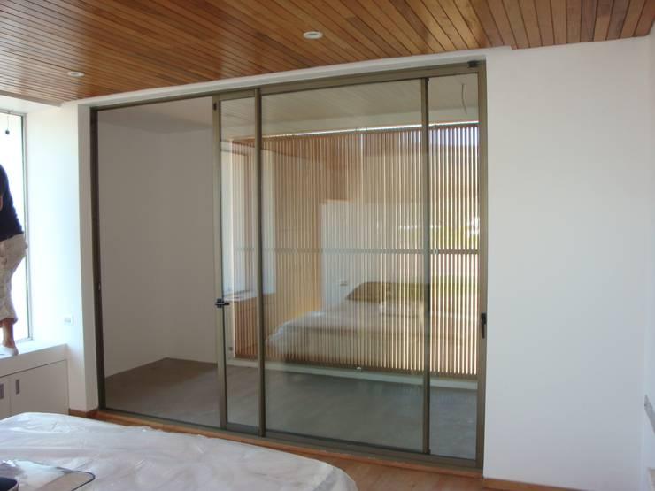 78_CasaMarbella_Vivienda: Dormitorios de estilo  por Rakau Construcción + Arquitectura