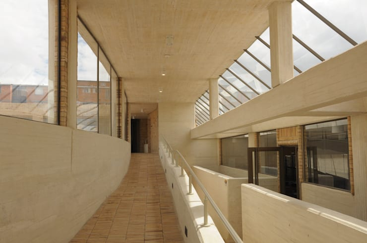 Centro de desarrollo comunitario El Porvenir Bosa : Escaleras de estilo  por Polanco Bernal Arquitectos
