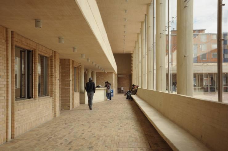 Centro de desarrollo comunitario El Porvenir Bosa : Pasillos y vestíbulos de estilo  por Polanco Bernal Arquitectos