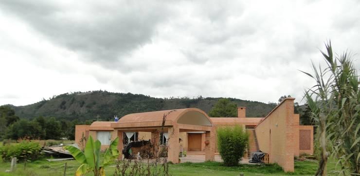 Casa de recreo : Casas campestres de estilo  por Polanco Bernal Arquitectos