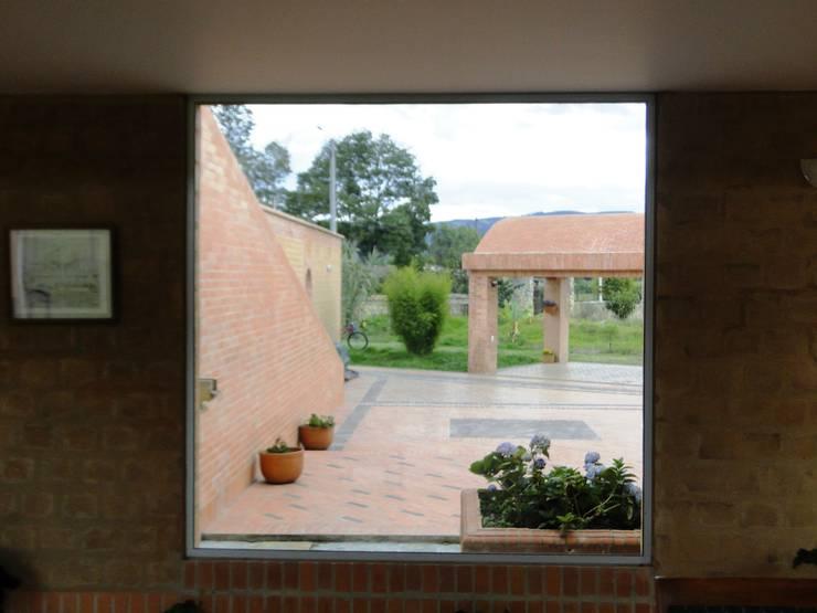 Casa de recreo : Jardines de piedra de estilo  por Polanco Bernal Arquitectos