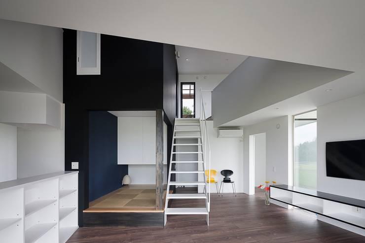 吹抜を見上げるリビングダイニング: 石川淳建築設計事務所が手掛けた和室です。
