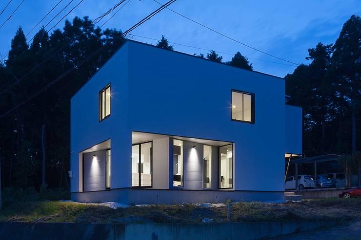 外観夜景: 石川淳建築設計事務所が手掛けた木造住宅です。
