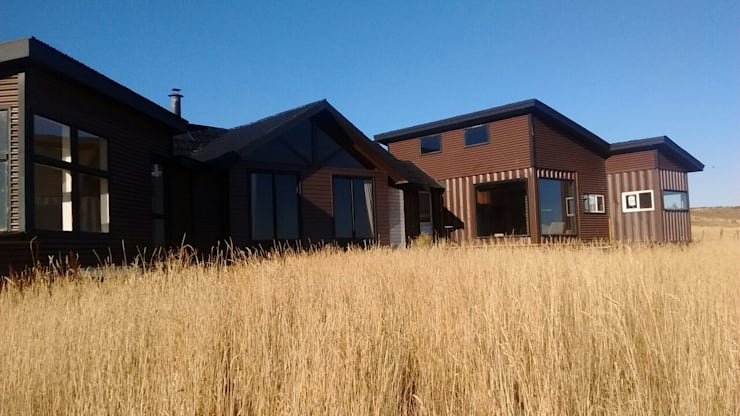 FACHADA: Casas de estilo  por BE ARQUITECTOS