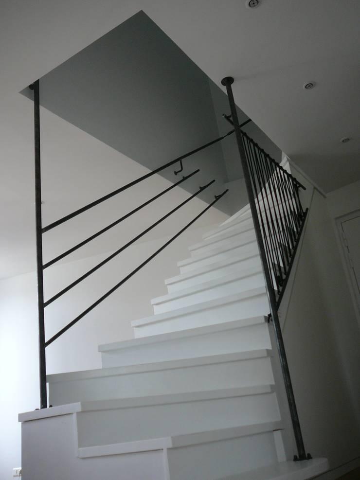 garde corps en acier sur escalier bois: Escalier de style  par ATELIER MACHLINE