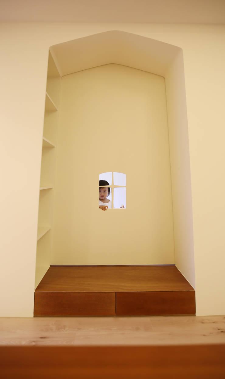 你在看我嗎?:  女孩房 by 王采元工作室