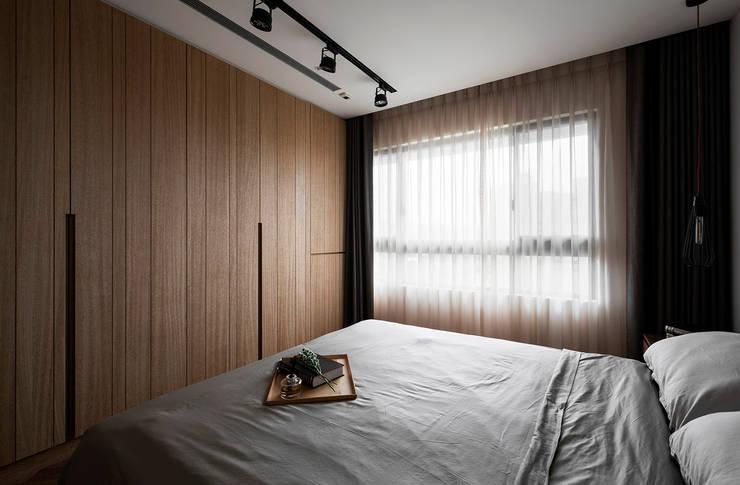 主臥室衣櫃:  臥室 by 邑田空間設計