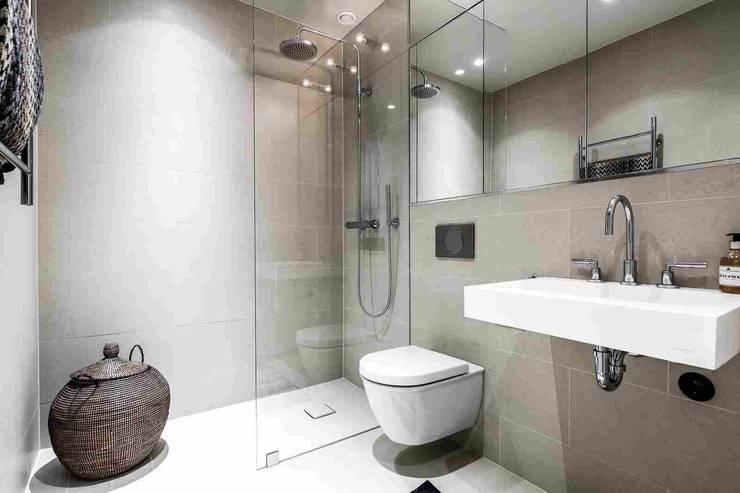 Дизайн-проект яркой белой квартире в скандинавском стиле, площадью 78 кв.м. Москва, Озерковская наб.: Ванные комнаты в . Автор – 'INTSTYLE'