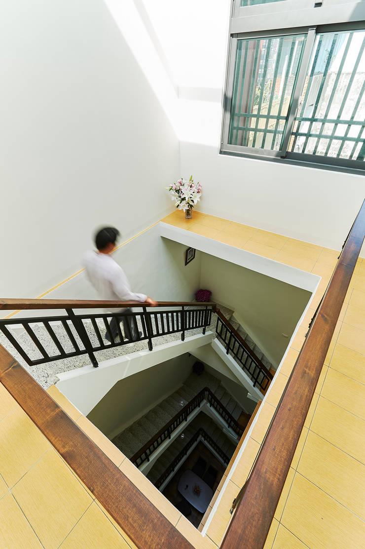 南投埔里住宅設計案:  樓梯 by 瑞瑩室內裝修設計工程有限公司