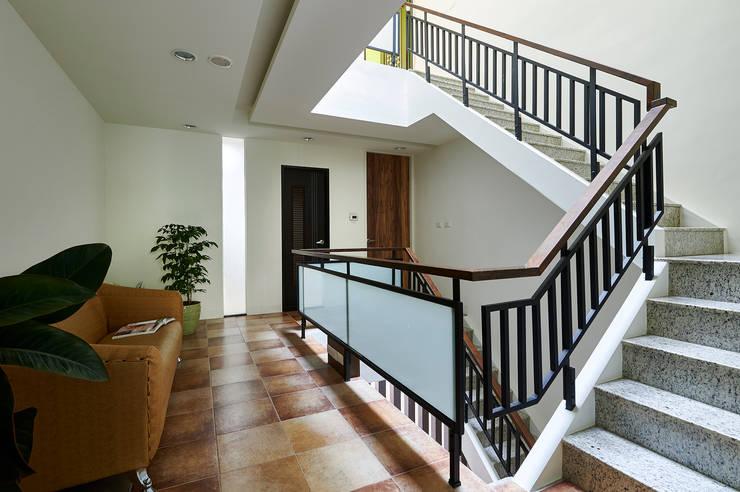 南投埔里住宅設計案:  走廊 & 玄關 by 瑞瑩室內裝修設計工程有限公司